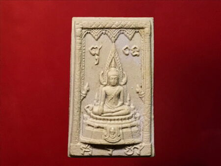 B.E.2520 Phra Phuttha Chinnarat holy poweder amulet in beautiful condition (SOM164)